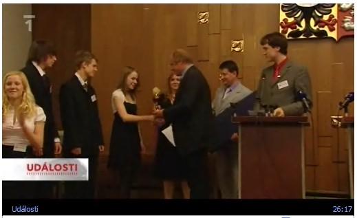 Jana Lohrová přebírá cenu za vítězství v anglické debatní lize